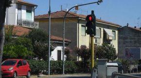 """Torna il """"vista red"""" al semaforo dell'incrocio tra Tosco-Romagnola e il cavalcavia di Fornacette"""