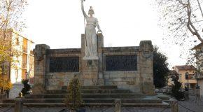 Il sindaco reggente Rollo paga parte dei lavori di riqualificazione del monumento ai caduti