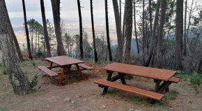 Nuovi arredi, tavoli, sedie e una bacheca, sul Monte di Pisano località Col di Cincia