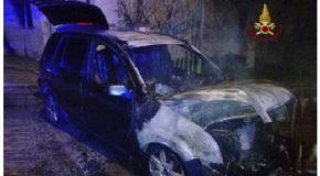 Muore sui binari dopo aver incendiato un auto