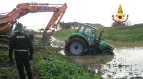 Vigili del Fuoco in azione a Bientina per rimuovere un trattore finito in un canale