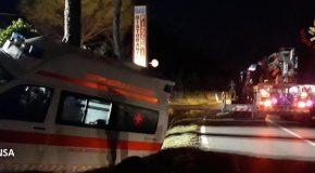 L'ambulanza finisce nel fossato, il malato torna in ospedale