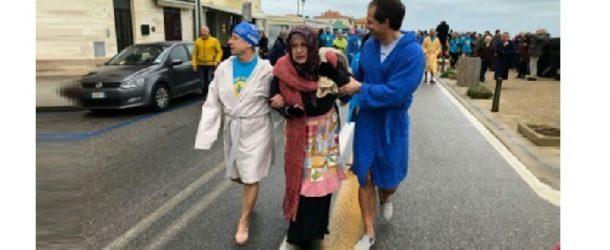 Tuffo nelle acque di Marina di Pisa per livornesi e pisani nel nome della solidarietà
