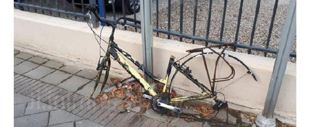 Da lunedì rimosse le bici abbandonate e parcheggiate fuori dalle rastrelliere nell'area di Piazza Unità d'Italia a Pontedera