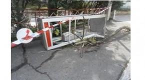 Auto contro una cabina telefonica, i carabinieri arrivavano e vengono presi a calci e pugni. Due arresti