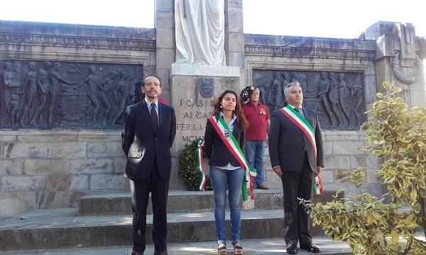 Riccardo Nencini, Susanna Ceccardi e Sergio Di Maio in raccoglimento durante l'omaggio ai Caduti