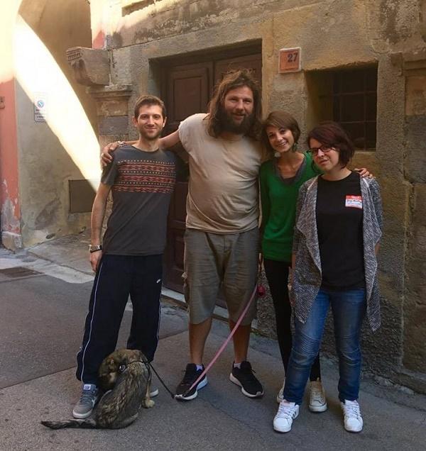 Nella foto di copertina in alto Sakara e Castrogiovanni durante le riprese in Via Lante e Castrogiovanni durante le riprese, qui sopra con i ragazzi del servizio civile e la stagista