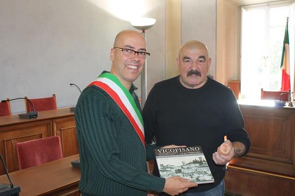 ;ichel con il sindaco di Vicopisano Juri Taglioli durante la conferenza stampa di ieri mattina. Nella foto in alto al termine del posizionamento delle teste d'argilla