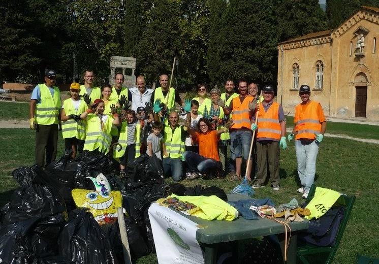 I volontari di VICOVERDE con il sindaco Taglioli (al centro in piedi) ed il vicesindaco Ferrucci (al centro in ginocchio).