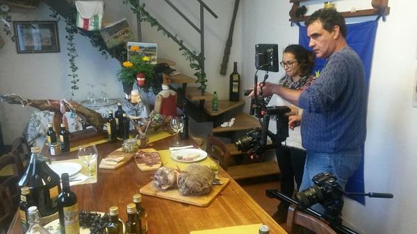 Una delle fasi di lavorazione del video. Si filmano (e si assaggiano...) le eccellenze alimentari della Valdera. Salumi, olio, vino, ecc...